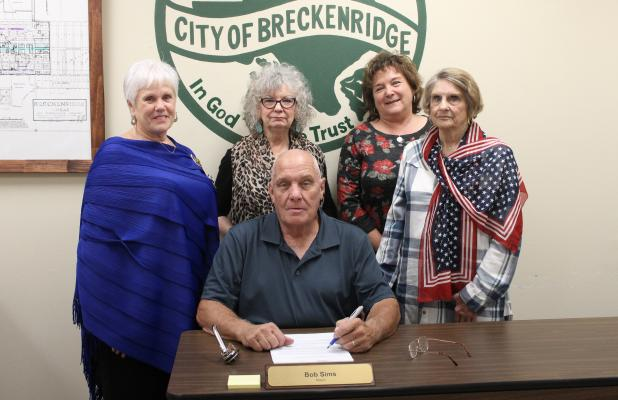 On Wednesday, Sept. 12, Mayor Bob Sims signed a proclamation declaring Sept. 17-23 as Constitution Week at the City offices. Members of the Daughters of the American Revolution were on hand for the signing and from left to right include Lisa Echols, Mary Thompson, Betty Thompson and Eugenia Hall. BA photo by Jean Hayworth